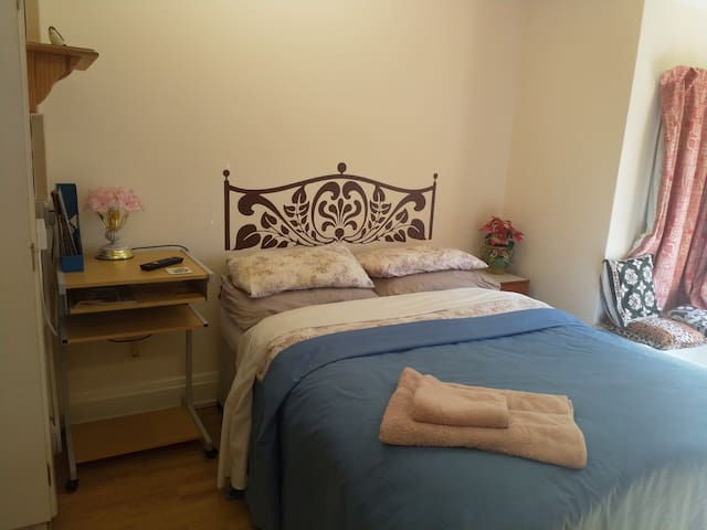 Spacious room in Georgian House in a Market Town