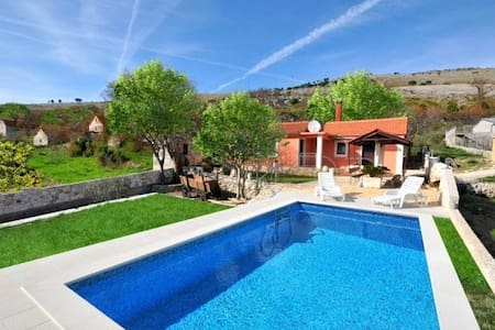 Small house with pool, near Trogir - Rumah