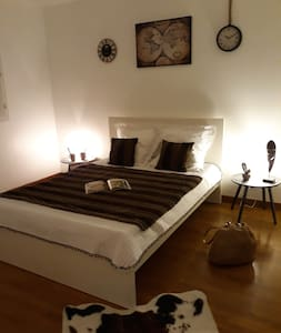 chambre n°2 avec télé cafetière bouilloire...