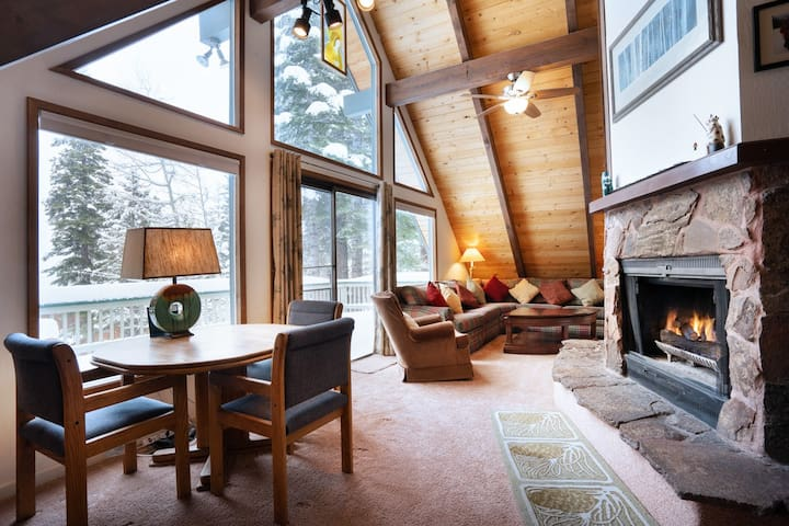 Custom-built 3-bedroom cabin with Martis Valley views.