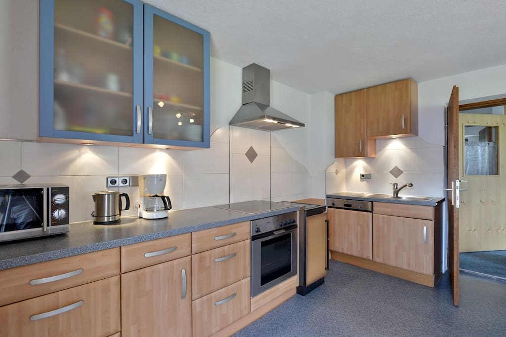 große geräumige Küche mit Küchenblock und Geschirrspüler