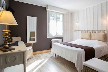 Jolie chambre avec salle de bains privative - Hédé-Bazouges
