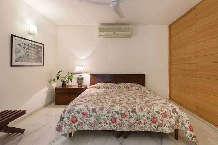 Cosy 1 Bedroom Apartment-  2 min walk from metro