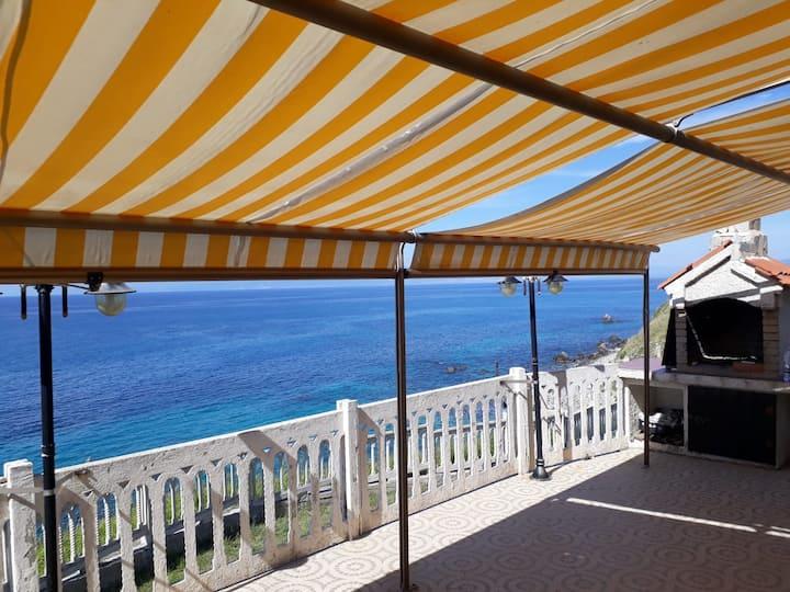 Bellissima casa vacanze a picco sul mare Tropea