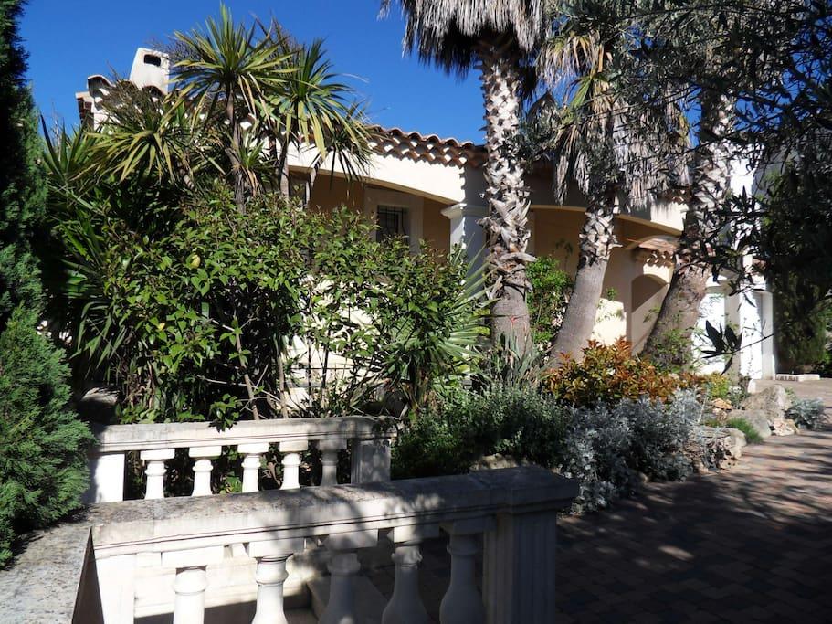 magnifique villa entre mer et collines maisons louer marseille provence alpes c te d. Black Bedroom Furniture Sets. Home Design Ideas