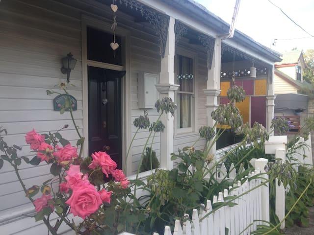 Dark MOFO central: Charming 3bd Victorian home - Sandy Bay - House