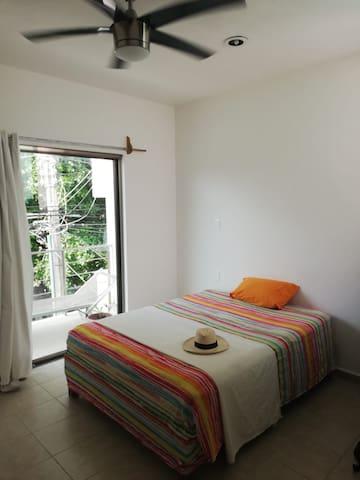 Habitación consta de cama doble , cómoda ropa, ventilador , luz , ventanales , balcón
