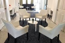 (Área común)En esta área esta configurada para la tranquilidad del cliente y tienen unos muebles para relajarse  y poder compartir con los que mas amas, esta área esta muy equipada para un ambiente sano y de paz.