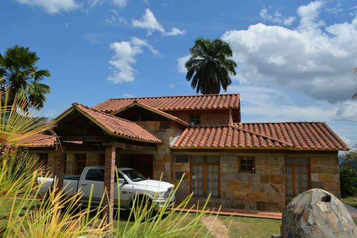 Acogedora & Espaciosa Hacienda