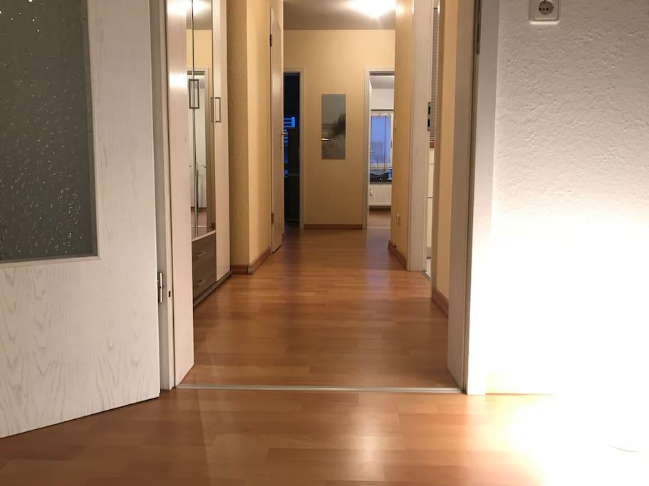 Flur mit Zugang zu allen Räumen - gerader Grundriss im Penthouse-Stil
