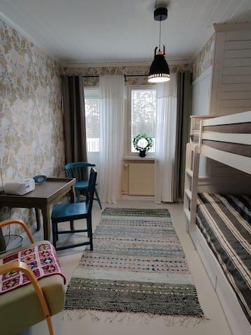Makuuhuone 3, jossa aikuiselle sopivat kerrossängyt sekä pääsy parvekkeelle