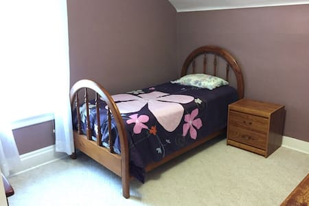 Midtown Charm, Cozy Convenient Room Near City Core - Kitchener