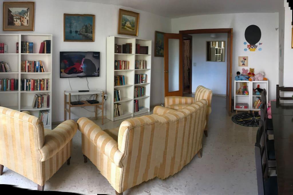 Salon para jugar. En el salon hay un rincón solo para los pequeños. Good for children. A corner with toys and books