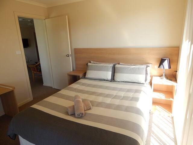 Four Bedroom Waterview Apartment - Batehaven - Outro