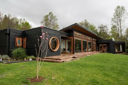 Casa con espectacular vista al lago en condominio.