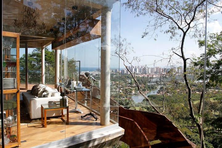 Casa design em meio à floresta c/ vista para o mar
