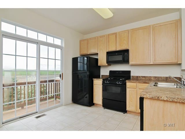 Townhome 5 min walking from Metra Station! - Grayslake - Complexo de Casas