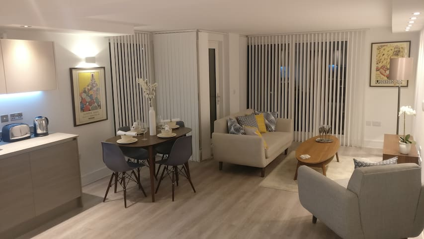 Luxury Two Bedroom Flat. ENSUITE, BALCONY, WiFi - Edgware - Apartamento