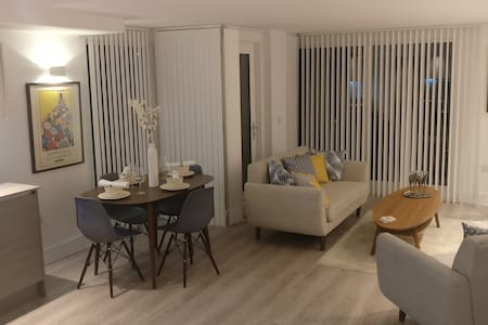 Luxury Two Bedroom Flat. ENSUITE, BALCONY, WiFi - Edgware - Apartmen
