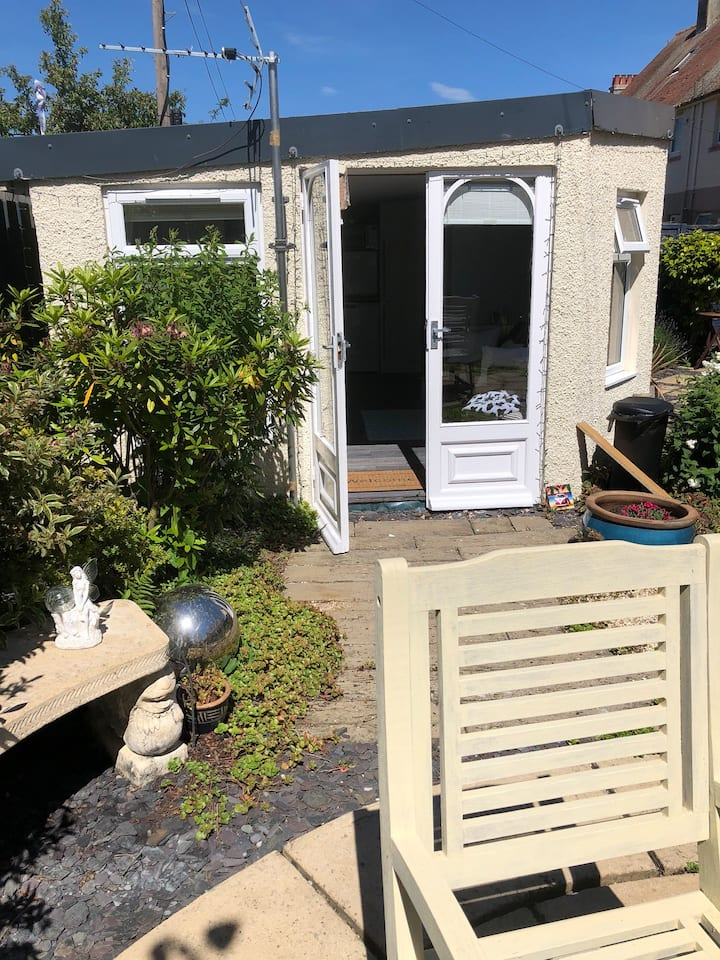 Quirky self contained garden studio with WIFI