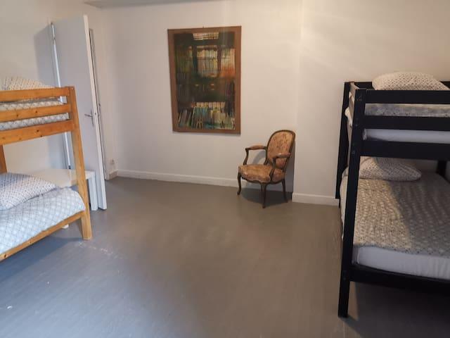 Chambre 4. 4 lits en 90 cm superposés.