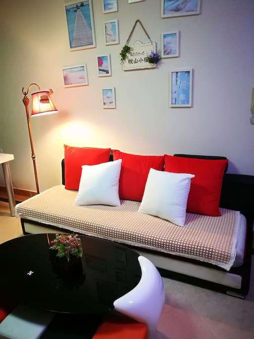 客厅宽大舒适的沙发,悦山小宿欢迎你!