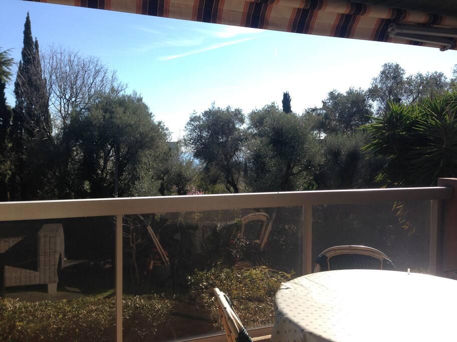 Terrasse (11 m2) avec table et salon de jardin