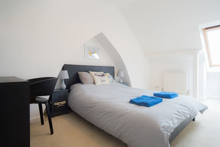 Beautiful Loft Room in West Bath
