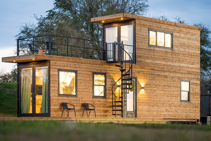 """Cool River"" Helm™ model Container Home 12 minutes to Magnolia/Baylor"