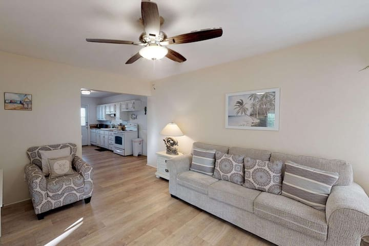 Just Steps Away from the Famous Don Cesar Hotel and Spa. Spacious House with Easy Beach Access!