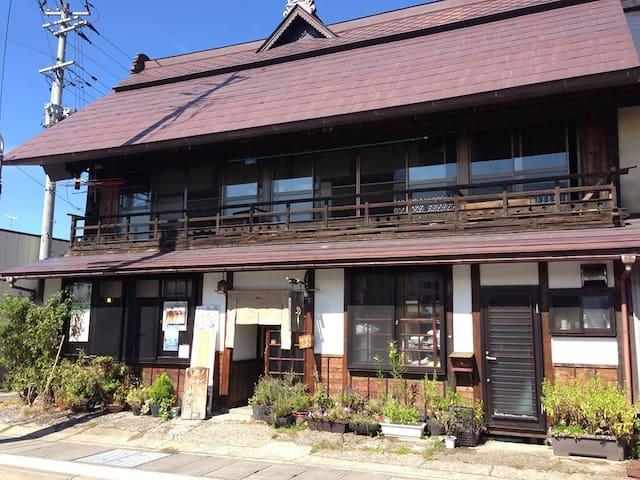 JR山都駅近く。街道の旅籠だった古民家の2階。1階は静かなカフェです。