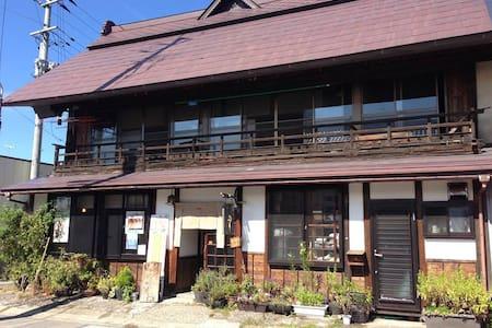JR山都駅近く。街道の旅籠だった古民家の2階。1階は静かなカフェです。 - Kitakata-shi