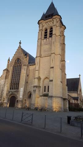 Eglise classée face au logement .