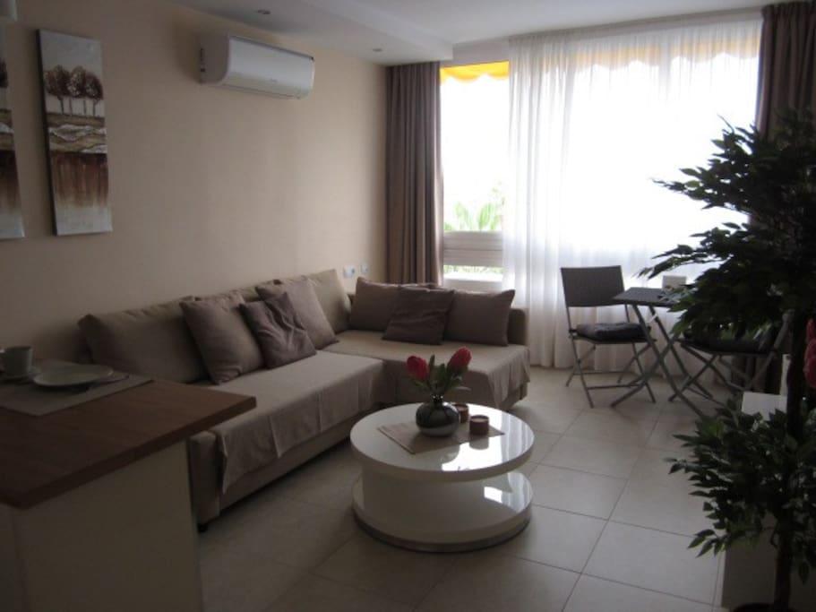 Wohnzimmer mit TV und Klimaanlage