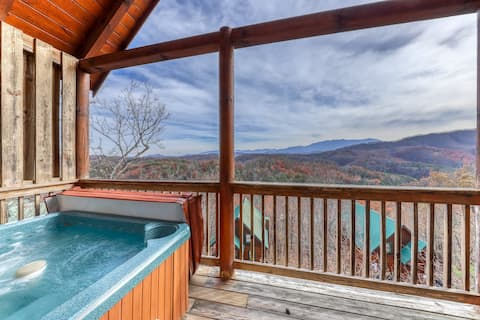 Cozy, dog-friendly cabin w/ gorgeous views, a private hot tub, & shared pool