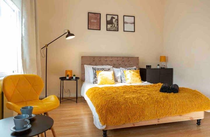 Large Studio Apartment At Kensington
