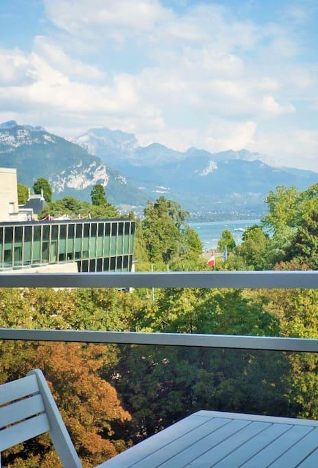 Repas sur le balcon possible avec une superbe vue.