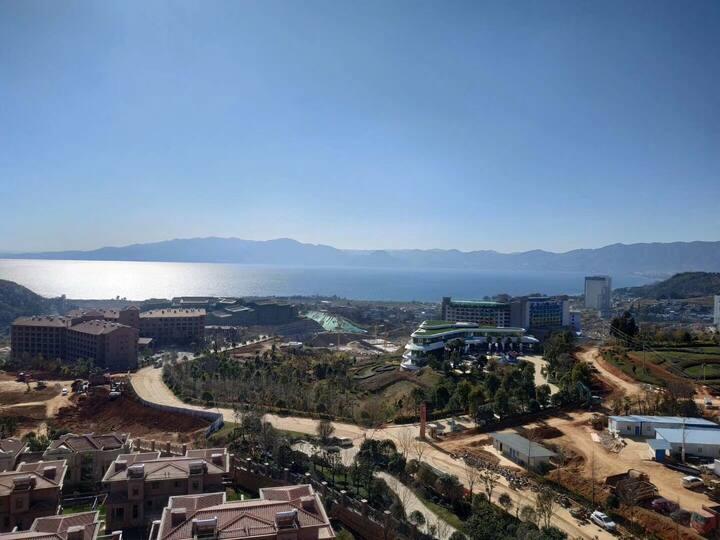 抚仙湖欢乐大世界一线湖景双套房和面湖双阳台,带自动麻将机。步行十分钟到澄江化石地博物馆。