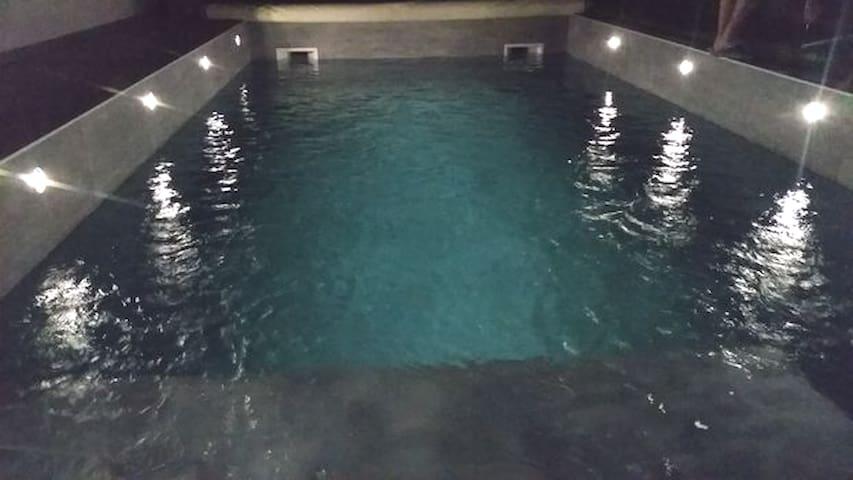 Maison agréable avec piscine, jacuzzi et sauna.