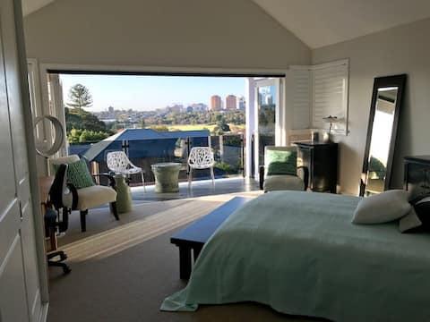 세련되고 위치가 좋은 2층 로프트 아파트