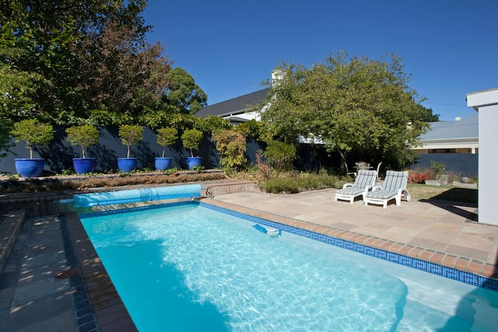 A short stroll into town - Franschhoek - House