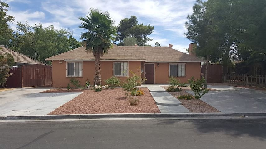 Beautiful Remodeled 5Bedroom Home 5 Min from Strip