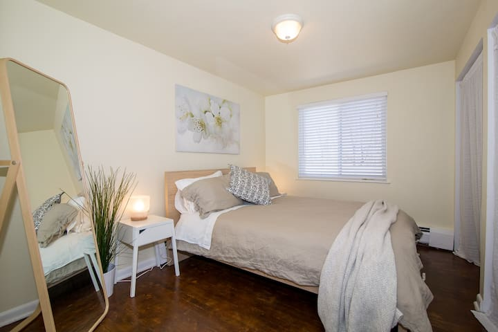 Queen size bed in the one bedroom apartment. High quality & comfortable mattress, down comforter & oversized pillows.