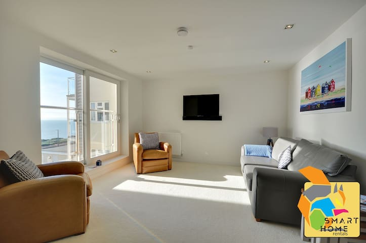 7 Latitude West: Seafront, balcony with sea views, 2 bedrooms, WIFI, parking