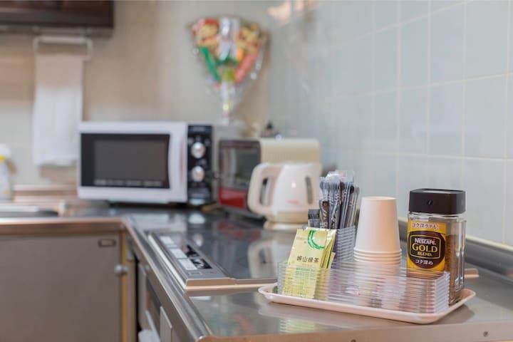 厨房里可以自己做饭吃。全部备齐的用具。