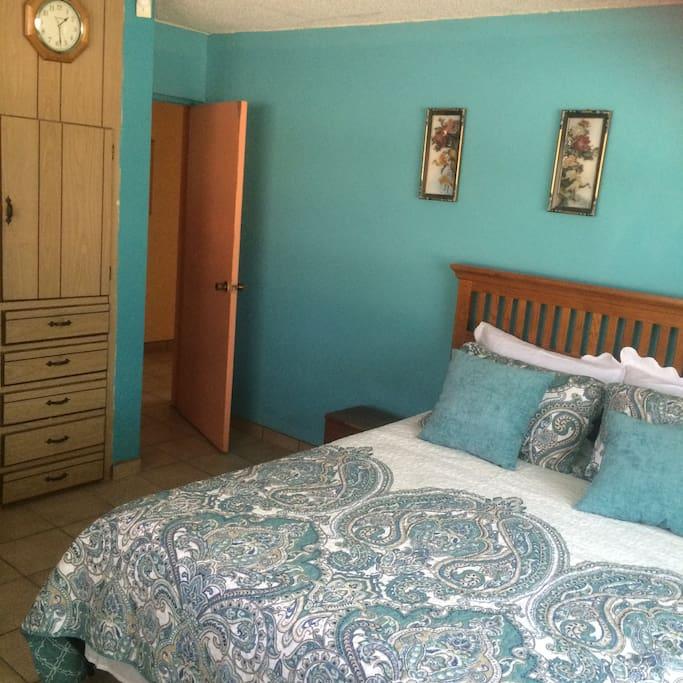 Recamara , cuenta con cama Queen , Sofa y Closet