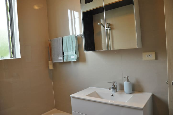 Newly renovated 2 BR apartment close to everything - Dulwich Hill - Apartment
