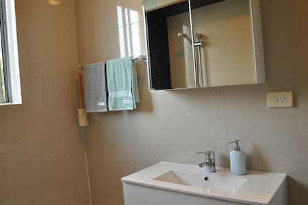 Newly renovated 2 BR apartment close to everything - Dulwich Hill - Huoneisto