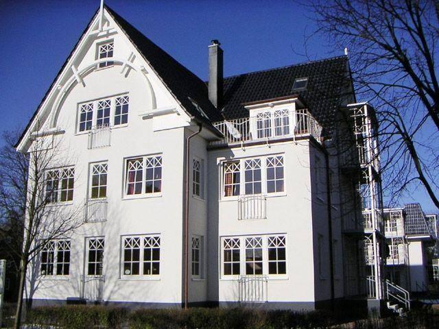 Das auf der Nordseeinsel Föhr nicht nur attraktive Reetdachhäuser für einen Urlaub empfehlenswert sind beweist dieses schöne Haus im St[...]