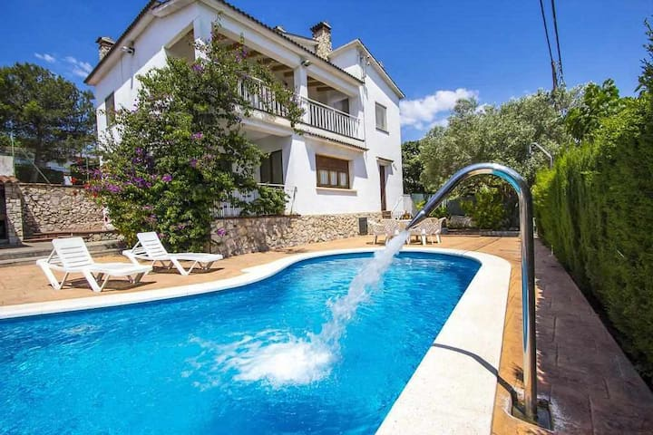 Amazing house w/ Pool, BBQ, Tennis, 8k from Sitges